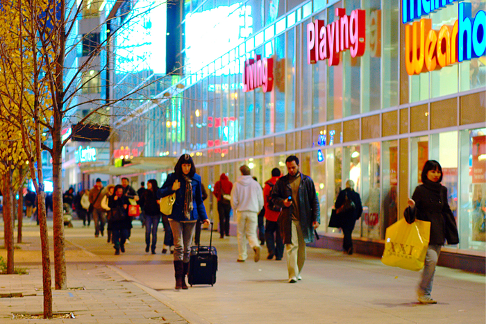 Shopping_topic_image_Shoppers_on_Dundas_street,_Toronto.jpg